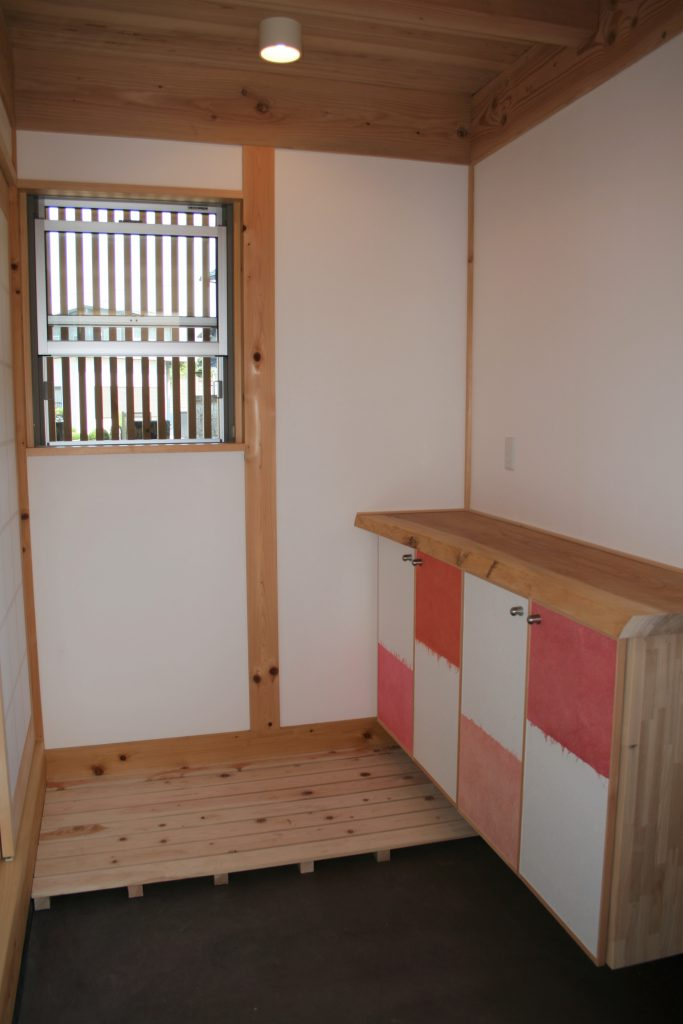豊田市の㈱都築建設の造作下駄箱のある玄関土間