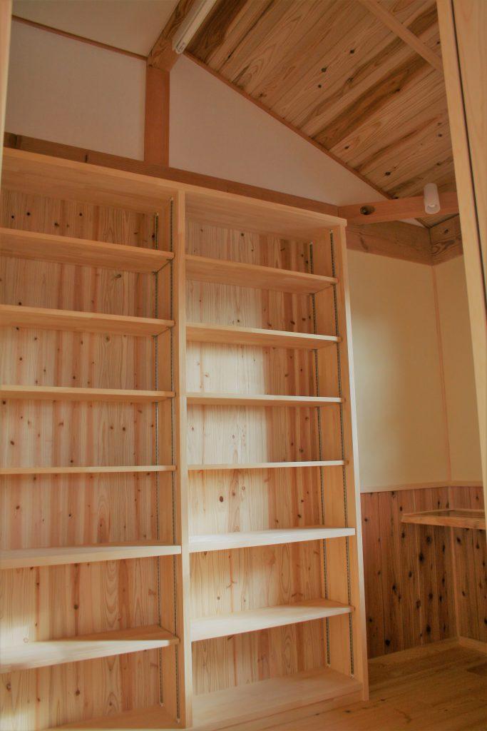 豊田市都築建設の建築した豊田市上丘町K邸書斎の造り付の本棚