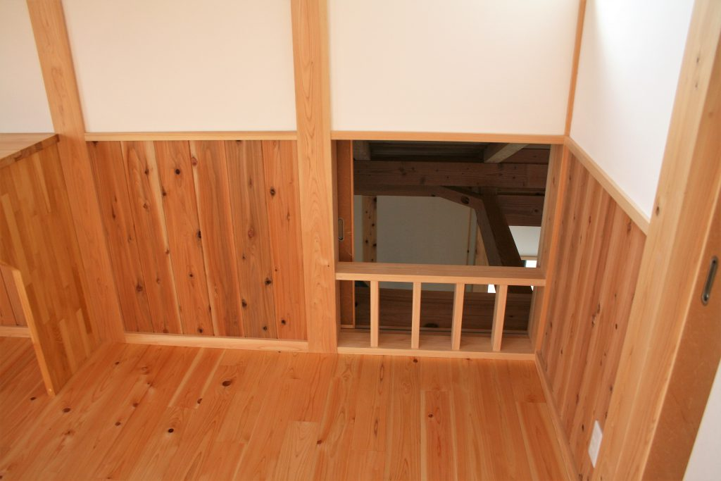 ㈱都築建設の豊田市上丘町K邸寝室小扉と腰板