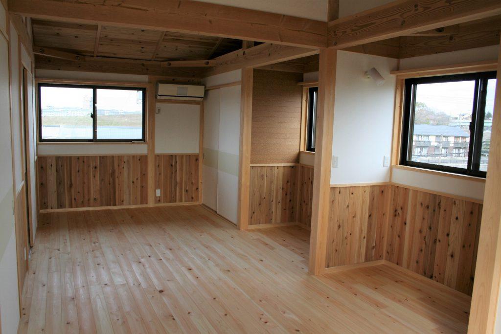 豊田市㈱都築建設の新築住宅子供部屋の杉腰板と掲示板