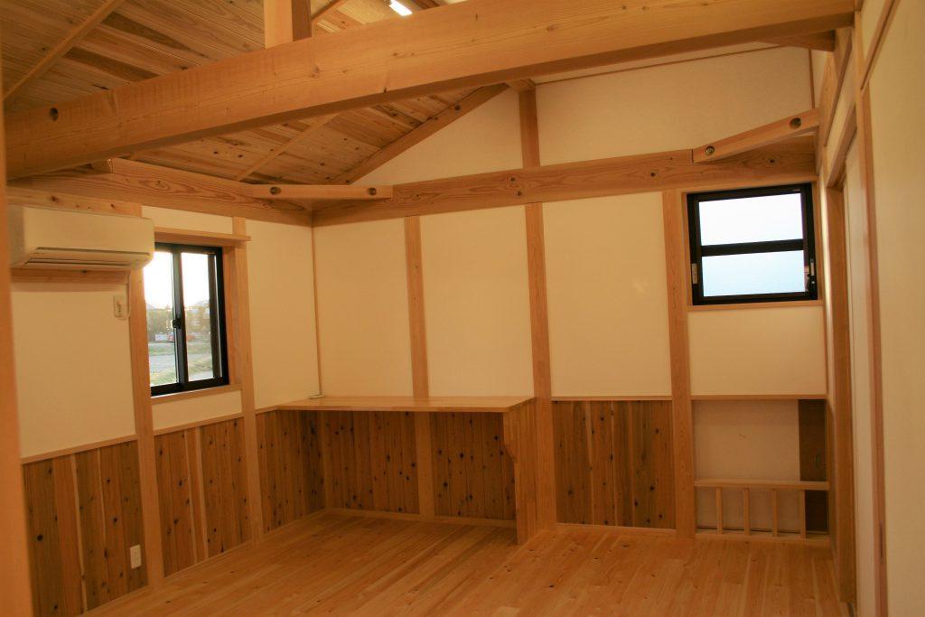 ㈱都築建設の豊田市上丘町K邸寝室1の造作机と腰板