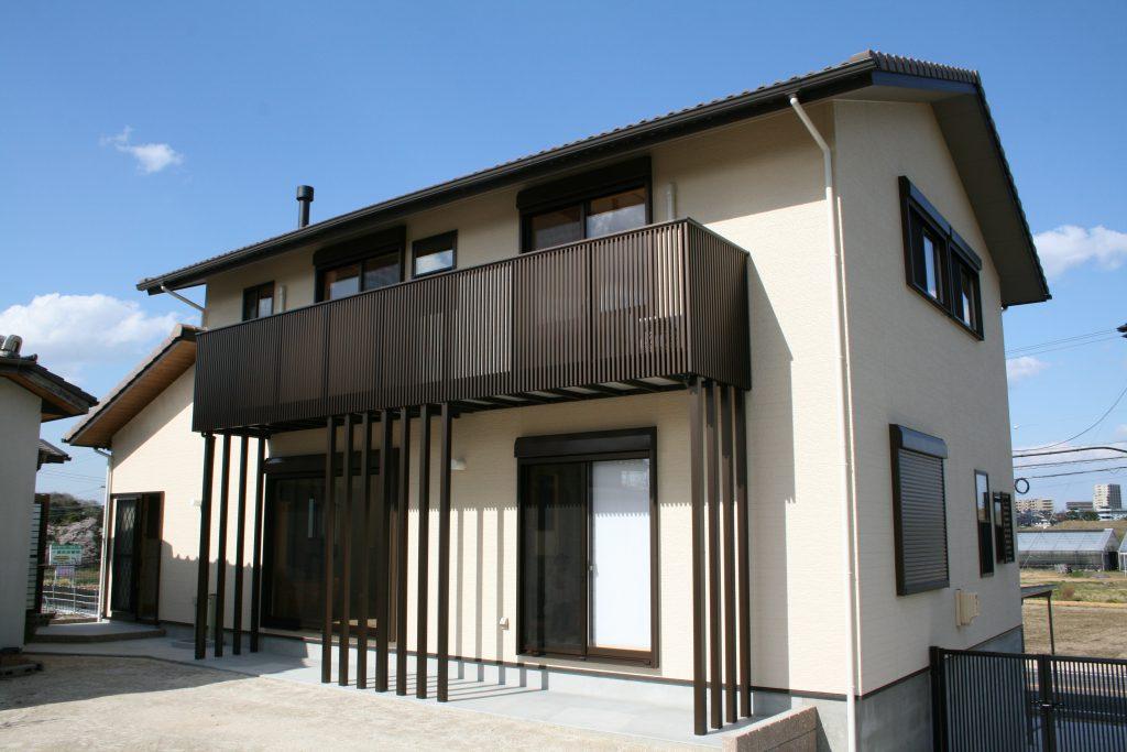 豊田市都築建設の豊田市上丘町K邸外観クリーム色の外壁とベランダ