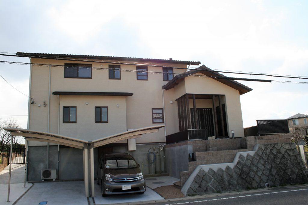豊田市都築建設の豊田市上丘町K邸玄関側外観階段アプローチとクリーム色の外壁