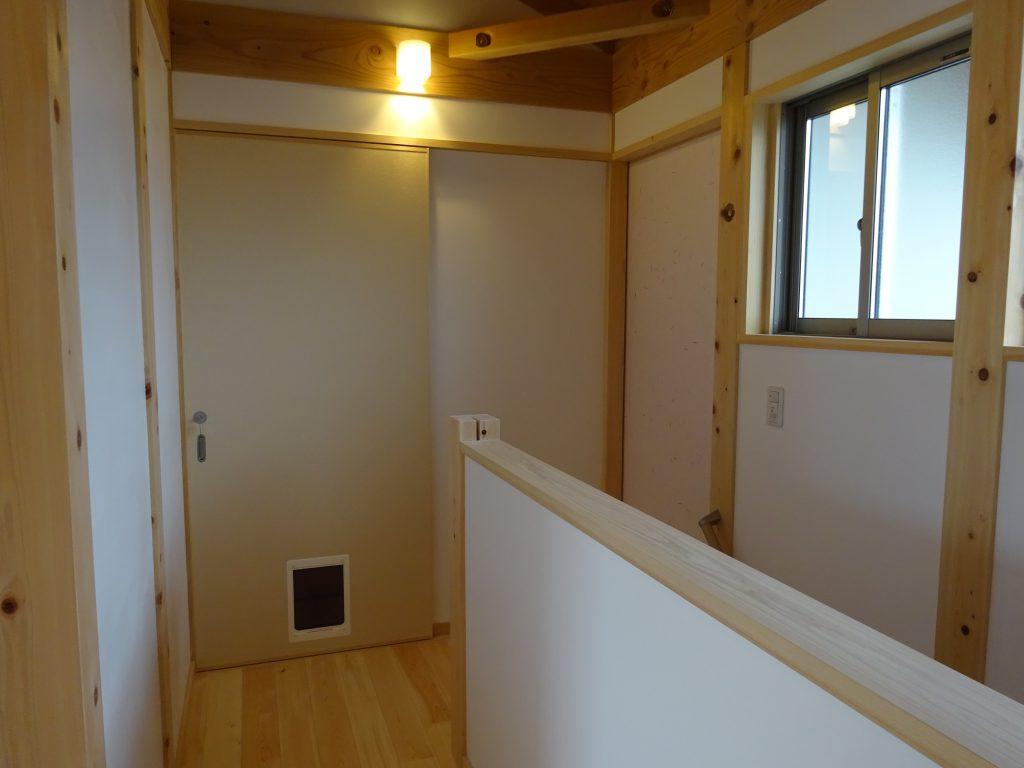 都築建設の建てた木の家 ネコの扉のある木製建具