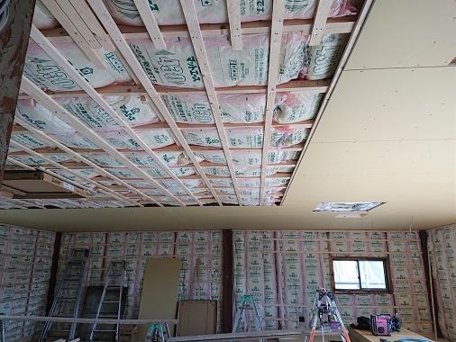 豊田市木の家工務店都築建設の岡崎市店舗内部断熱材入れ