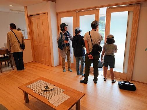 豊田市木の家工務店都築建設の住まいのバスツアーの様子
