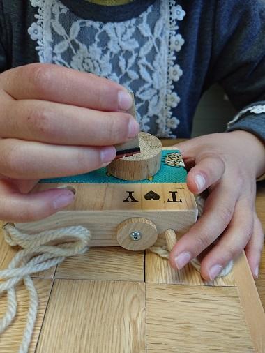 豊田市木の家工務店都築建設のワークショップ 木のおもちゃのカメラ制作中