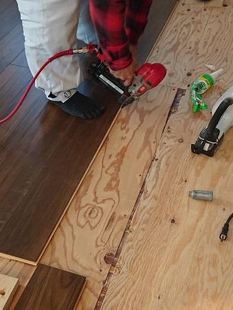 豊田市の工務店都築建設の注文住宅 床フロアー張り