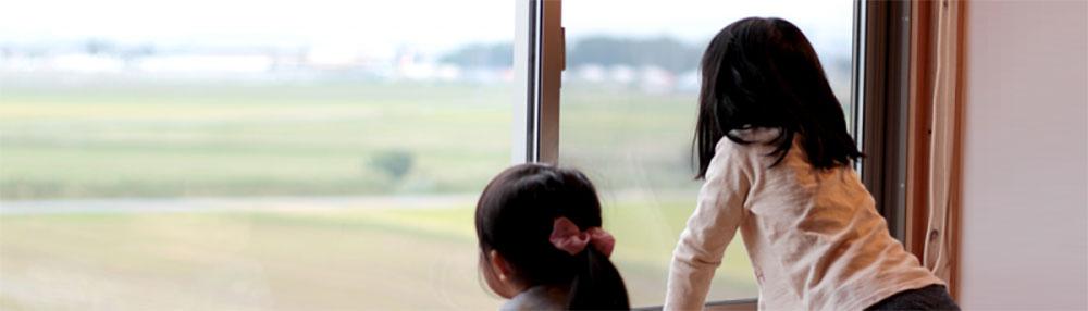 豊田市の新築一戸建ての窓辺の子供