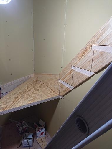 豊田市の木の家工務店都築建設の建築中現場、階段掛け
