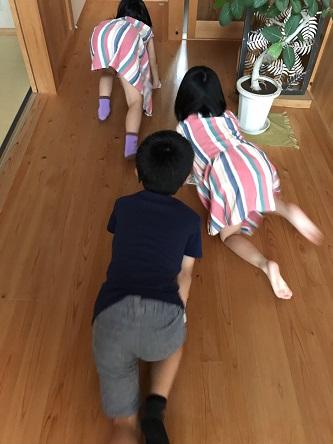 豊田市の木の家工務店都築建設の施工例床掃除をする子供達