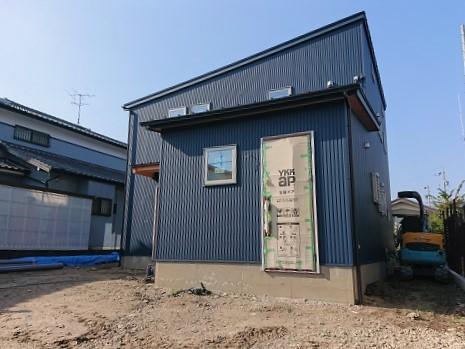 豊田市の木の家工務店都築建設の施工例 豊田市ガルバリウムの家
