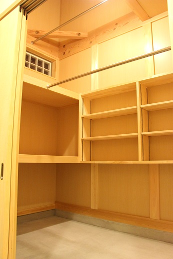 豊田市の木の家工務店都築建設の施工例 大容量の玄関土間収納