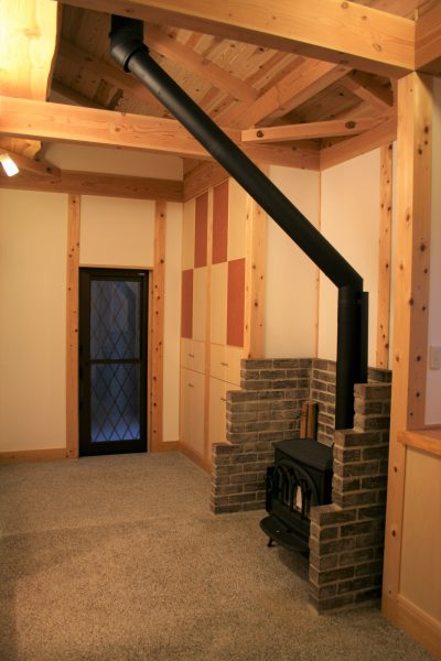 豊田市の木の家工務店都築建設の施工例通り抜け土間に薪ストーブ