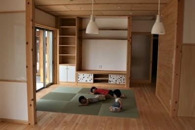 豊田市の木の家工務店都築建設の施工例 畳で寝転がる子供