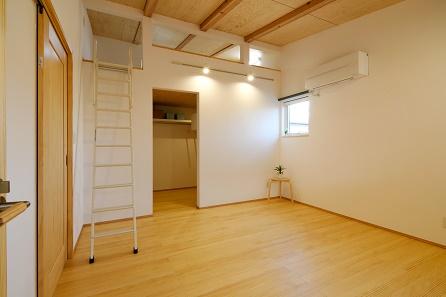 三河地区の木の家工務店都築建設の注文住宅施工例 寝室とロフト
