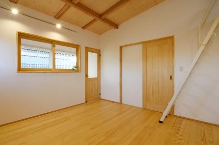 三河地区の木の家工務店都築建設の施工例 寝室(ベットルーム)