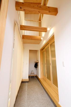 豊田市の木の家工務店都築建設の注文住宅玄関土間と吹抜け