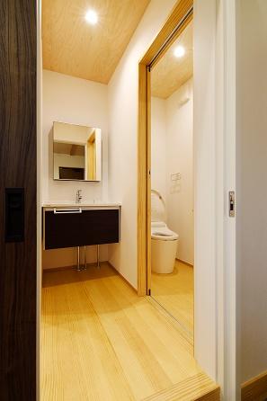 三河地区の木の家工務店都築建設の施工例 トイレ・手洗い
