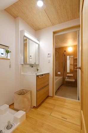三河地区の木の家工務店都築建設の注文住宅洗面所とバスルーム施工例