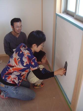 三河地区の木の家工務店都築建設のお客様漆喰塗り体験