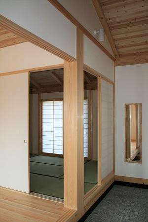 豊田市木の家工務店都築建設の施工例大黒柱と玄関土間