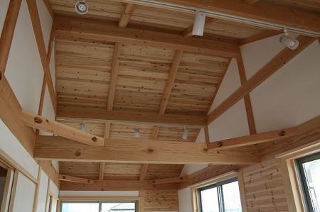 豊田市木の家工務店都築建設の施工例板張りの勾配天井